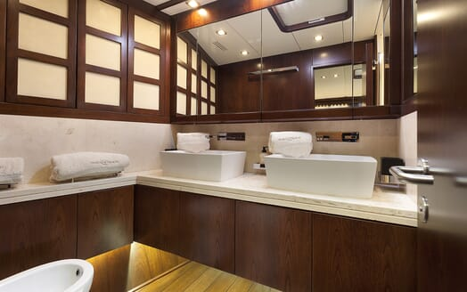 Sailing Yacht FARANDWIDE bathroom