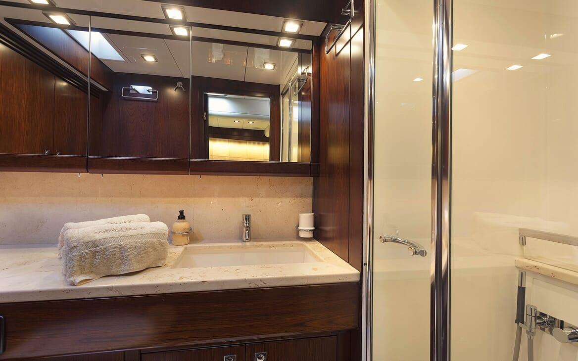 Sailing Yacht FARANDWIDE guest bathroom