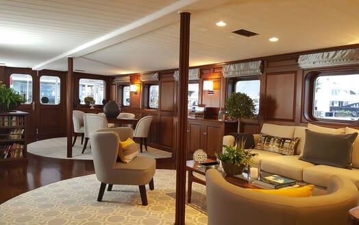 Motor Yachts TRAFALGAR Main Saloon Seating