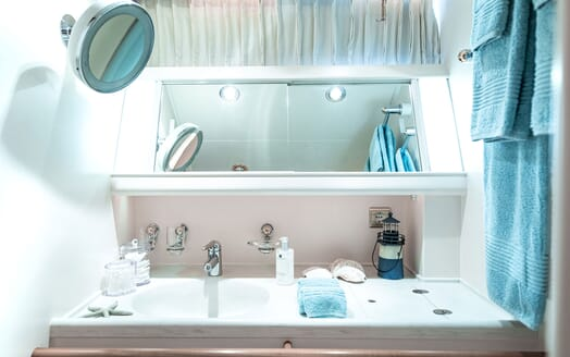 Sailing Yacht SCARENA Second Twin Bathroom