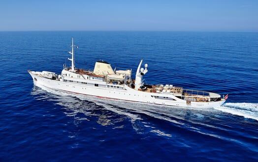 Motor Yacht CHRISTINA O Profile Underway