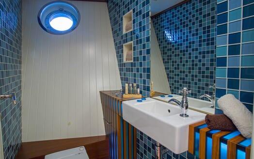 Motor Yacht Paolyre bathroom