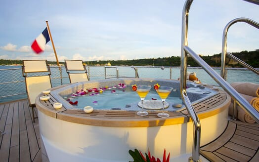 Motor Yacht Paolyre hot tub