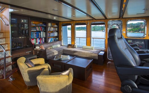 Motor Yacht Paolyre bridge