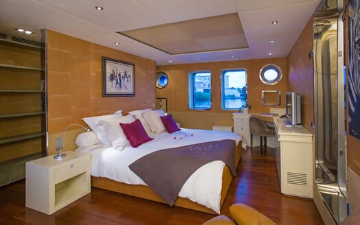 Motor Yacht Paolyre master cabin
