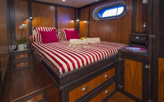 Motor Yacht Paolyre cabin