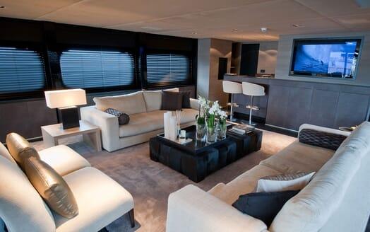 Motor Yacht Latitude saloon