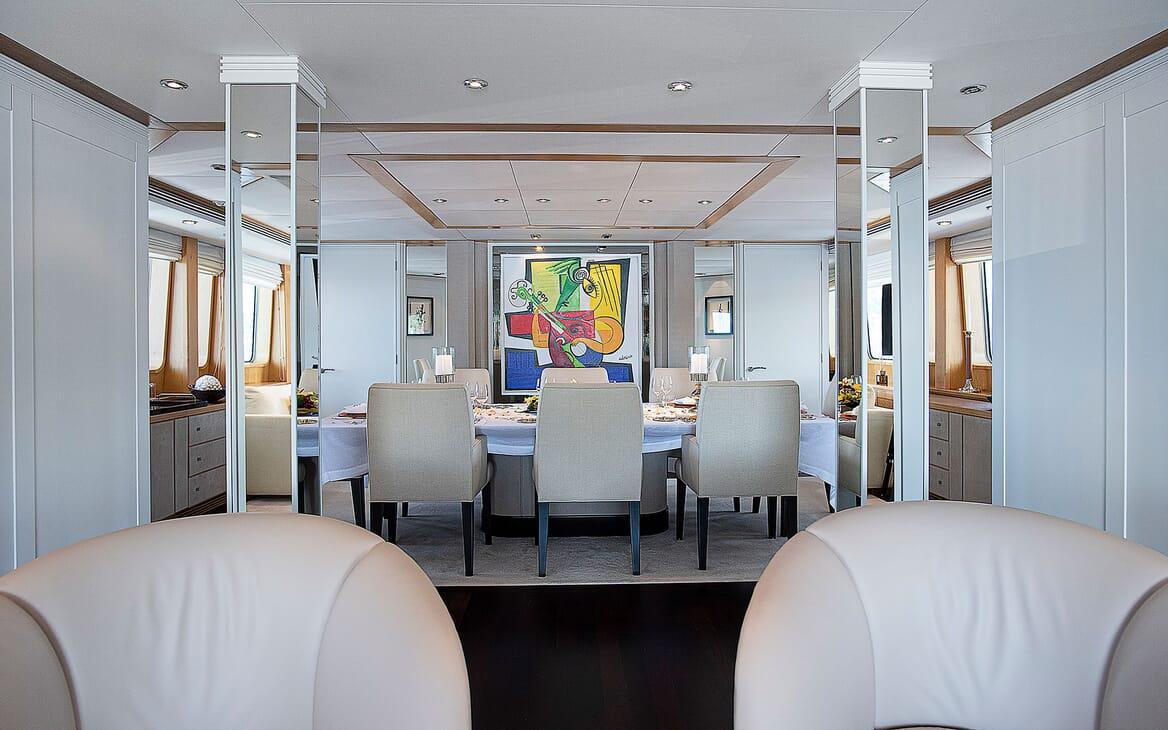 Motor Yacht DEEP BLUE II Dining Table