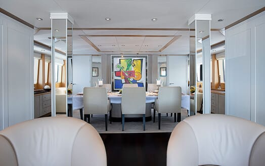Motor Yacht DEEP BLUE II Dining Table