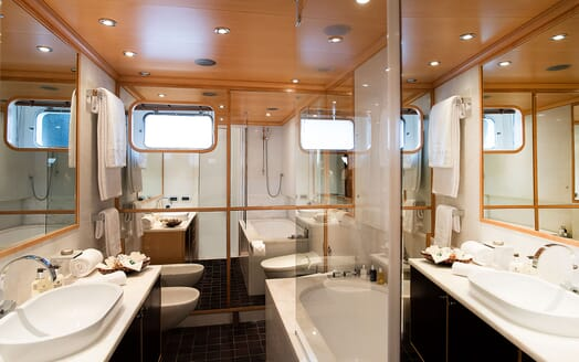 Motor Yacht DEEP BLUE II Bathroom
