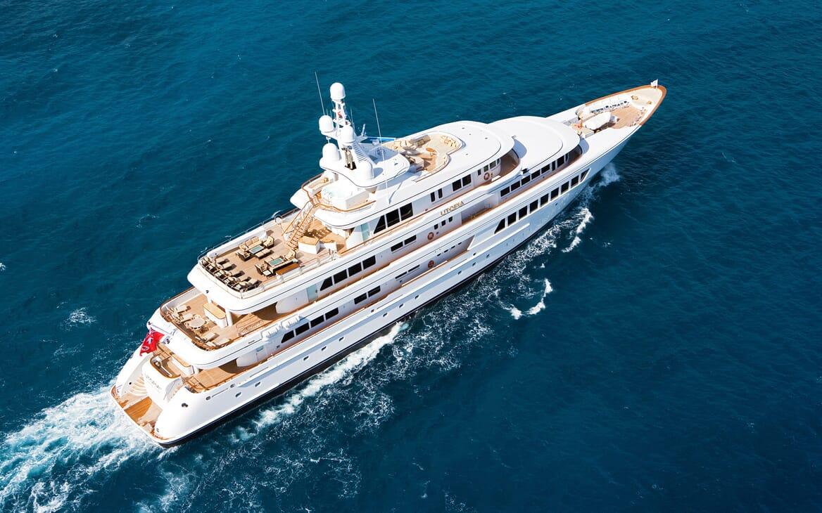 Motor Yacht Utopia underway