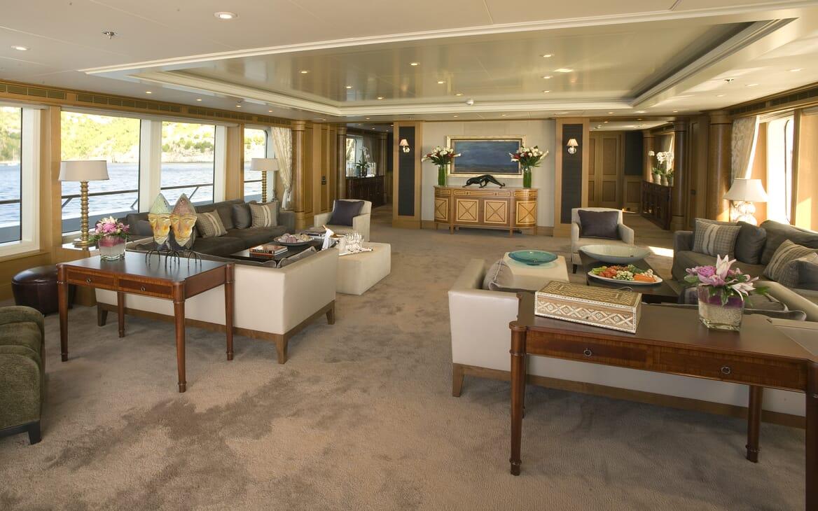 Motor Yacht Utopia saloon