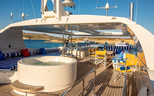 Motor Yacht Phoenix hot tub