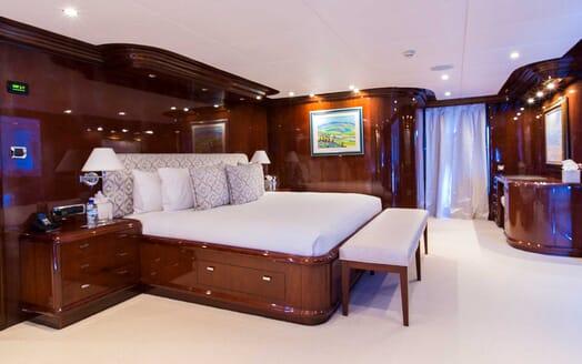 Motor Yacht Silentworld master cabin