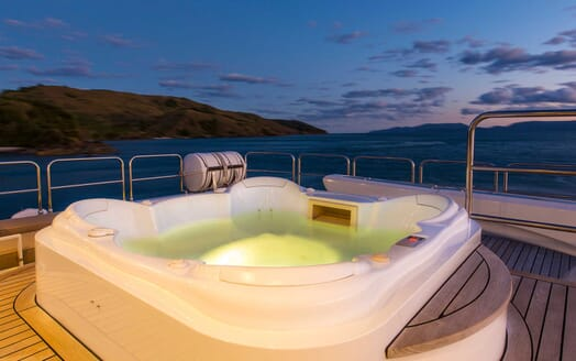 Motor Yacht Silentworld hot tub