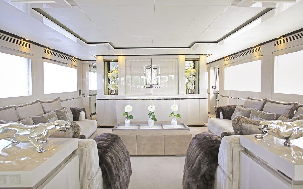 Motor Yacht Sealyon saloon