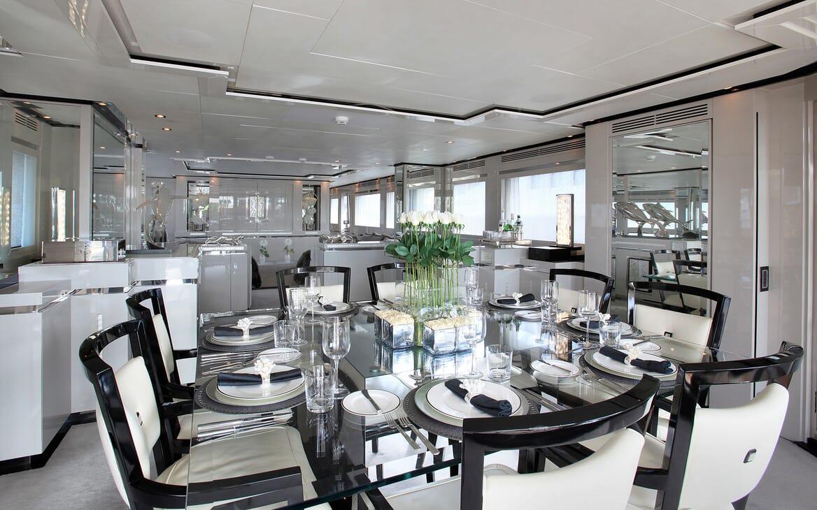 Motor Yacht Sealyon dining area