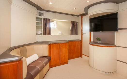 Motor Yacht WHITE FANG Stateroom Seating