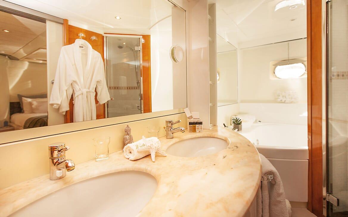 Motor Yacht WHITE FANG Bathroom