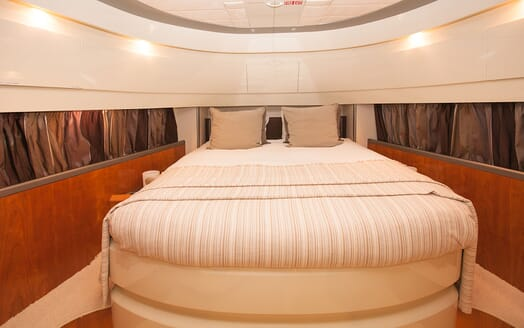 Motor Yacht WHITE FANG Full Beam Double Stateroom