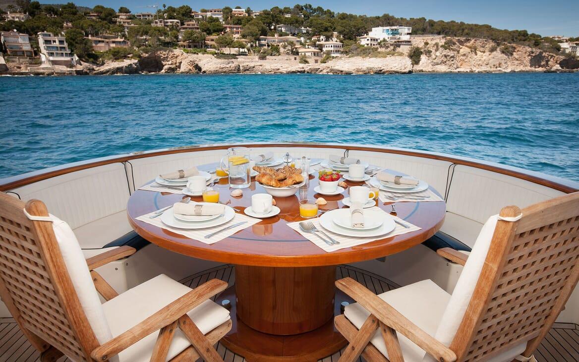 Motor Yacht WHITE FANG Al Fresco Dining
