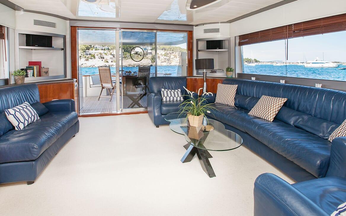 Motor Yacht WHITE FANG Main Salon