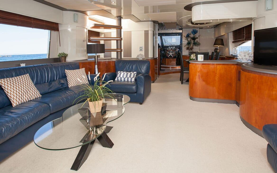 Motor Yacht WHITE FANG Main Salon 2