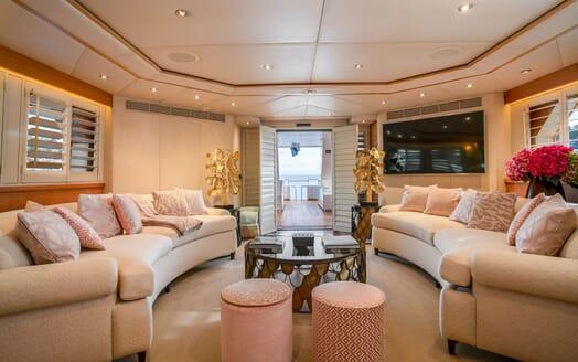 Motor Yacht ENVY Saloon Seating