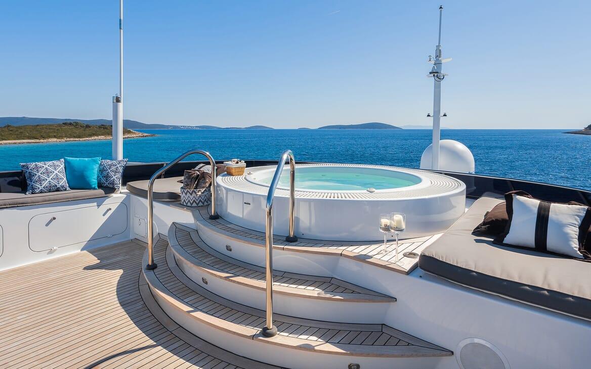 Motor Yacht Brazil hot tub