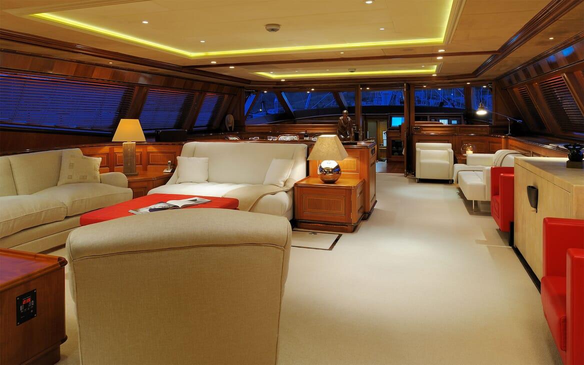 Sailing Yacht DRUMBEAT Main Saloon