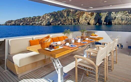 Motor Yacht Aqua al fresco dining