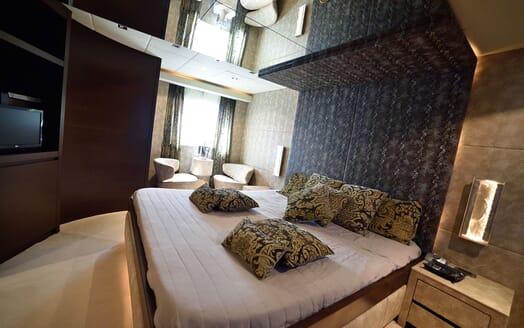 Motor Yacht ANDEA Side Walkway