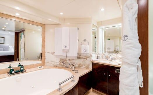 Motor Yacht LA TANIA Bathroom