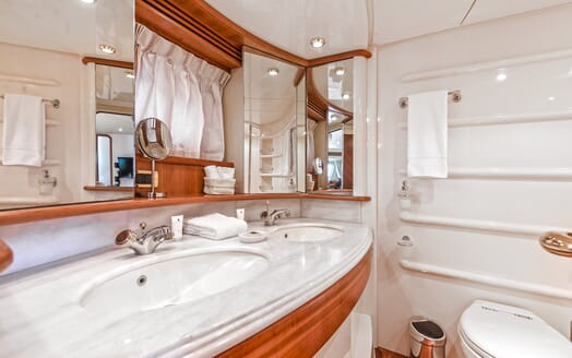 Motor Yacht Wini guest bathroom