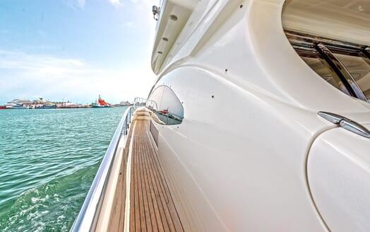 Motor Yacht Wini side deck