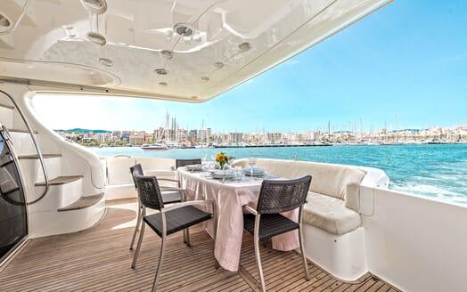 Motor Yacht Wini aft seating
