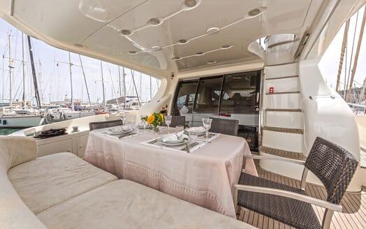Motor Yacht Wini al fresco dining