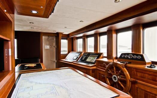 Sailing Yacht Sunny Hill bridge