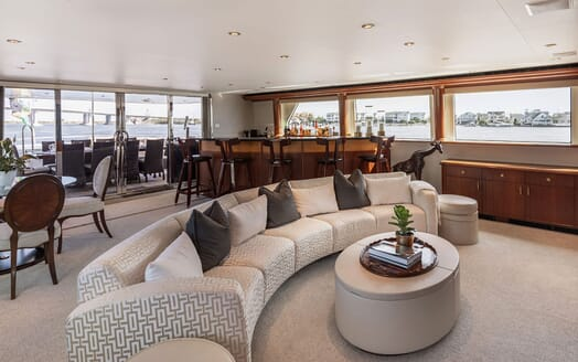 Motor Yacht NICOLE EVELYN Saloon and Bar
