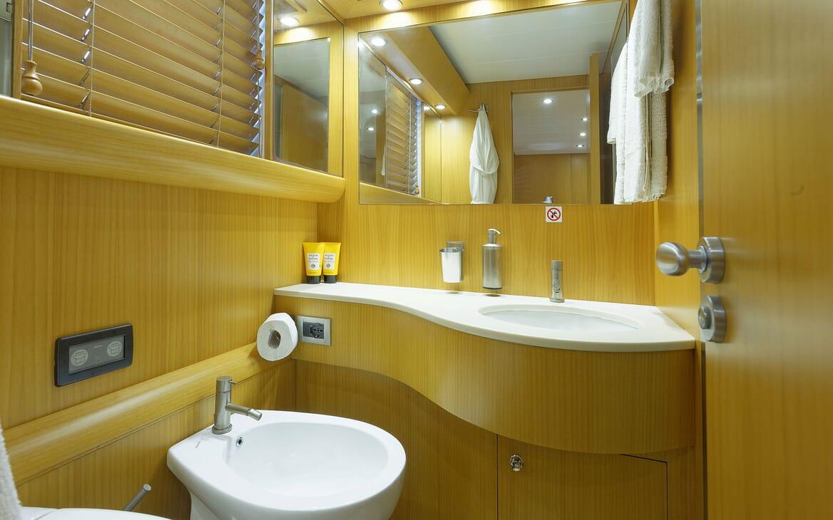 Motor Yacht Minou bathroom