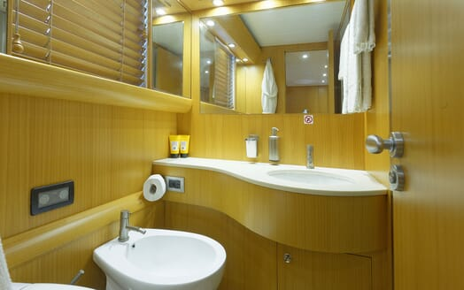 Motor Yacht Minou bathroom