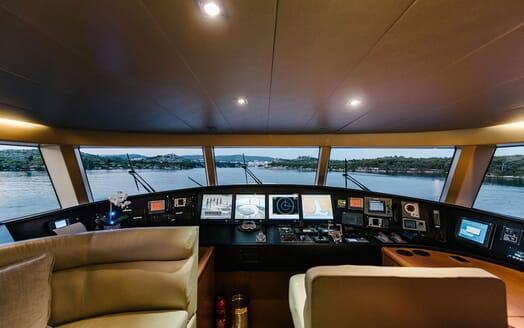 Motor Yacht Perla Nero control