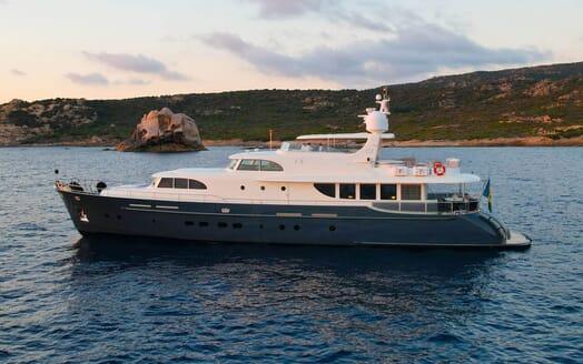Motor Yacht Perla Nero uner anchor