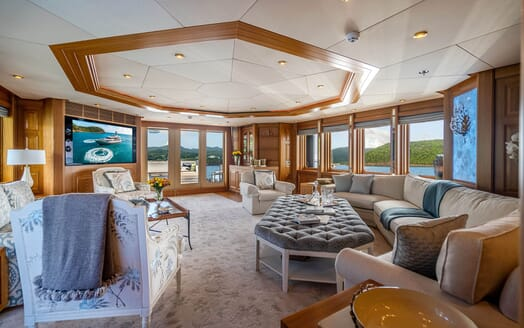 Motor Yacht VIBRANCE Main Saloon 1