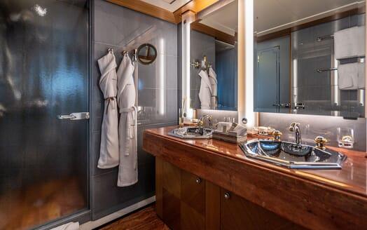 Motor Yacht VIBRANCE Guest Bathroom 2