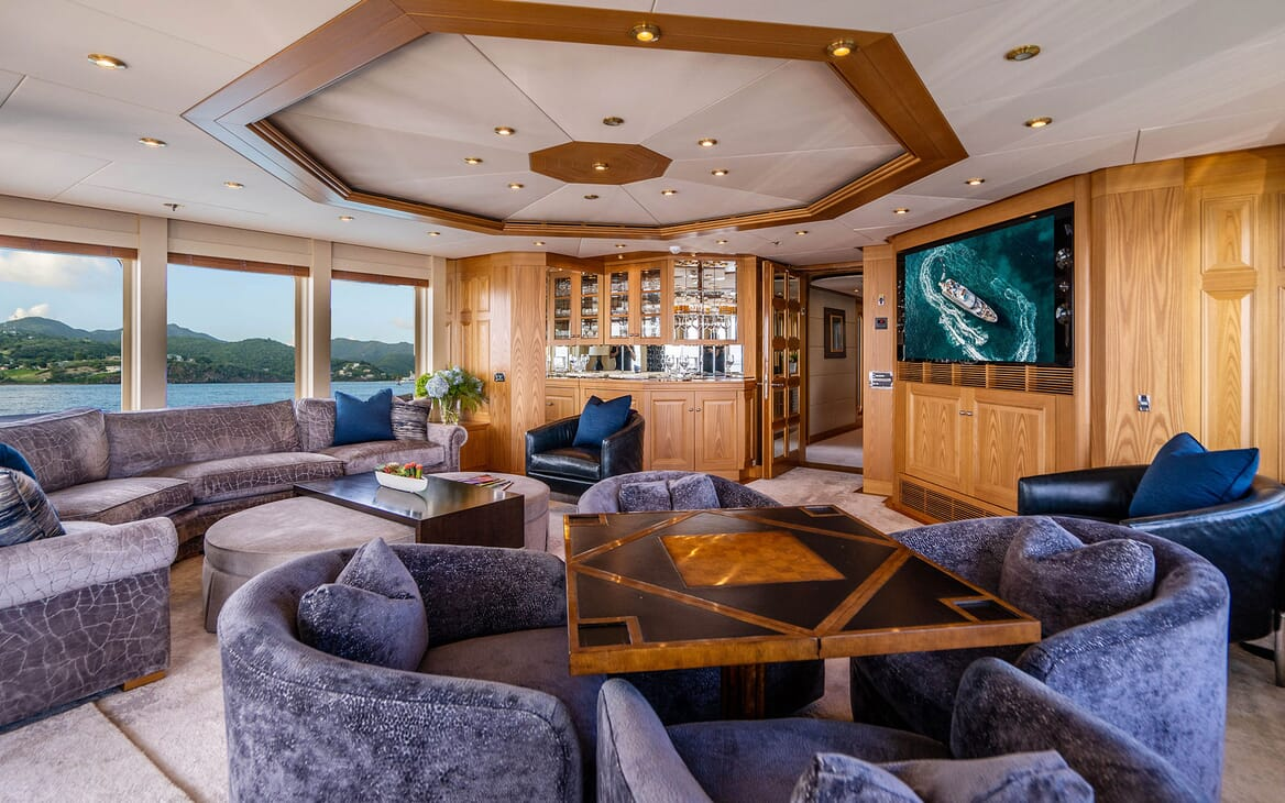 Motor Yacht VIBRANCE Upper Saloon 1