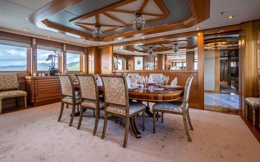 Motor Yacht VIBRANCE Dining Table 1