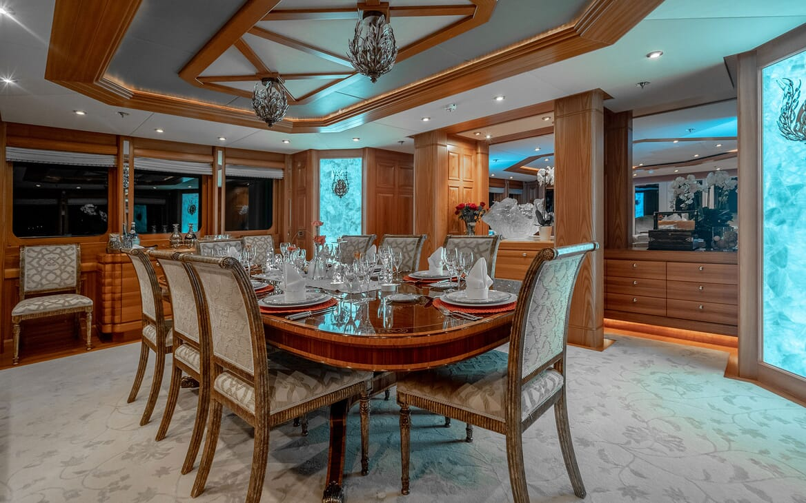 Motor Yacht VIBRANCE Dining Table 2