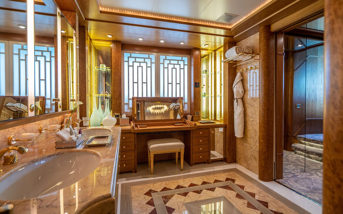 Motor Yacht VIBRANCE Master Bathroom