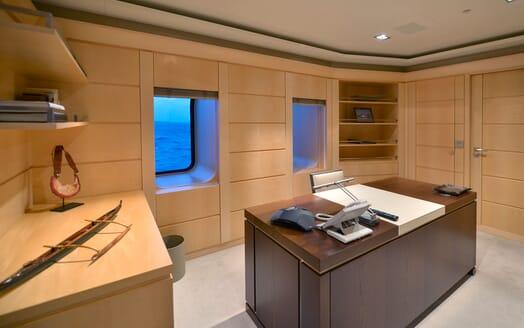 Motor Yacht TRIPLE 7 Desk